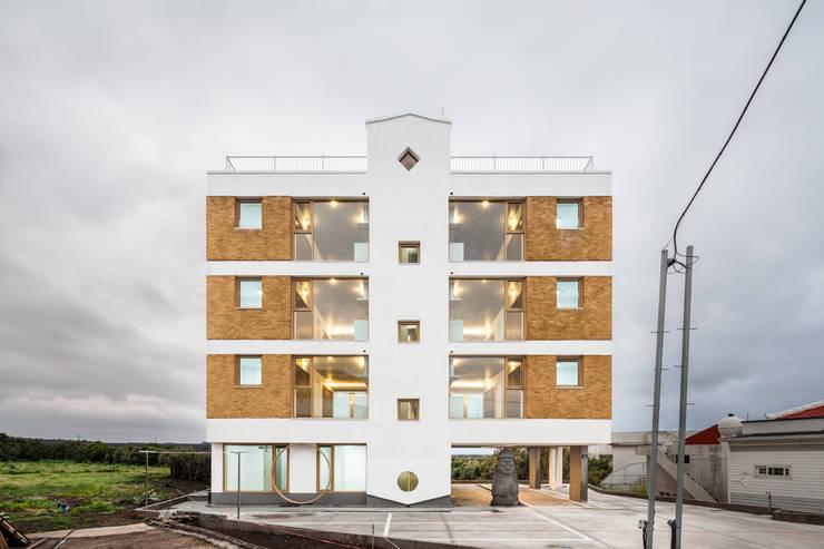 정면: 에이오에이 아키텍츠 건축사사무소 (aoa architects)의  다가구 주택