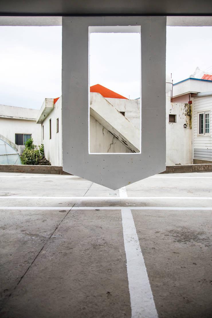 떠있은 벽체와 옆집: 에이오에이 아키텍츠 건축사사무소 (aoa architects)의  다가구 주택,모던 철근 콘크리트