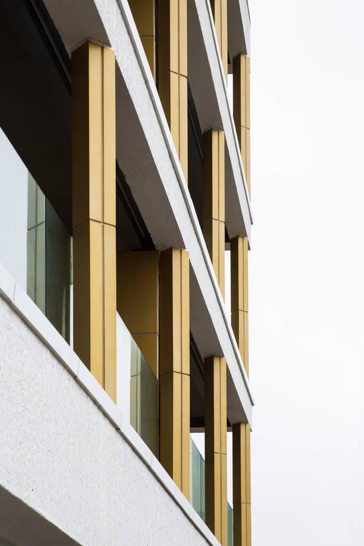 바다를 향한 테라스: 에이오에이 아키텍츠 건축사사무소 (aoa architects)의  다가구 주택,모던 알루미늄 / 아연