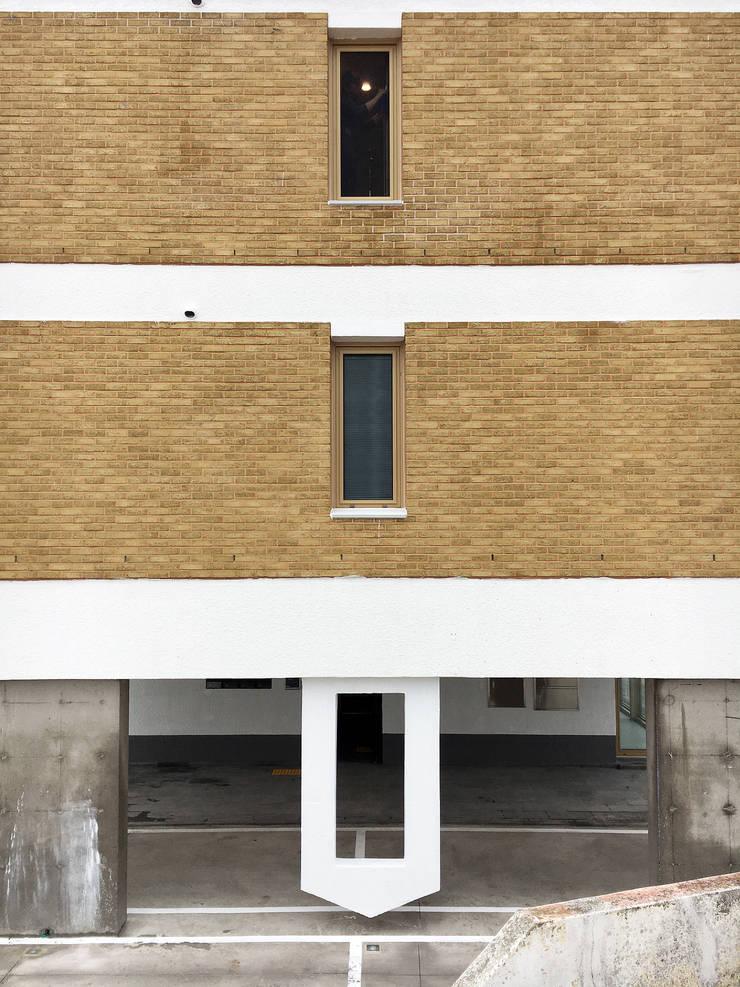 측면의 표정: 에이오에이 아키텍츠 건축사사무소 (aoa architects)의  다가구 주택,모던 벽돌