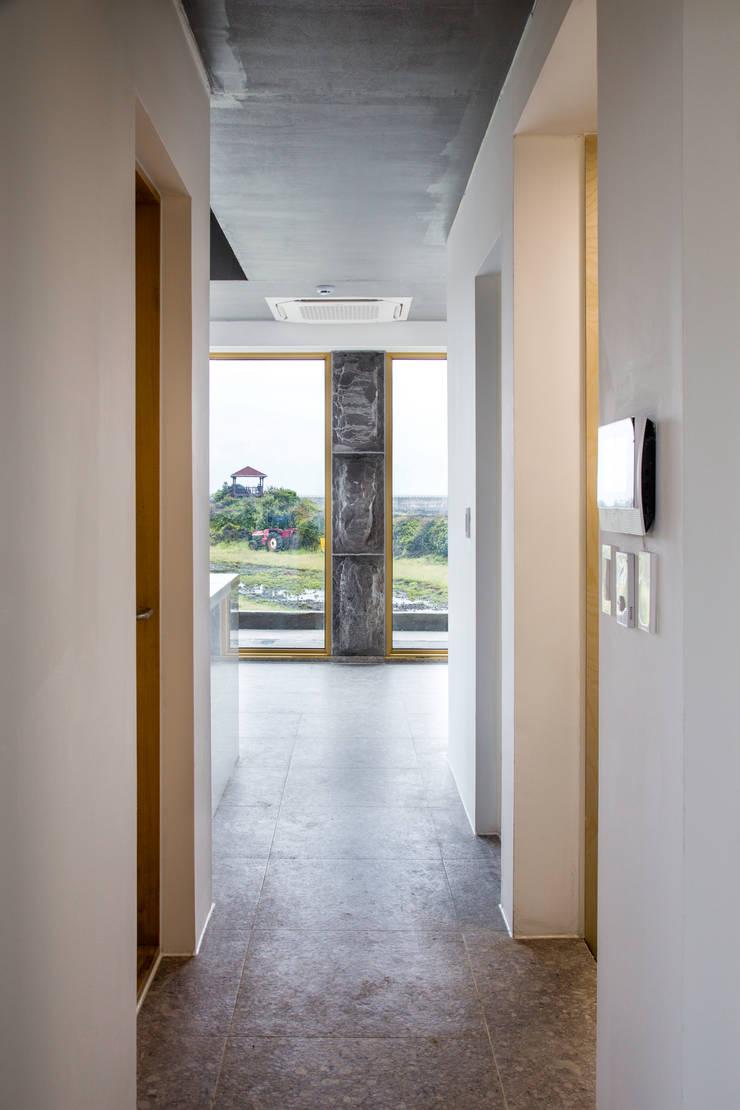 1층세대 진입부: 에이오에이 아키텍츠 건축사사무소 (aoa architects)의  복도 & 현관,러스틱 (Rustic) 돌