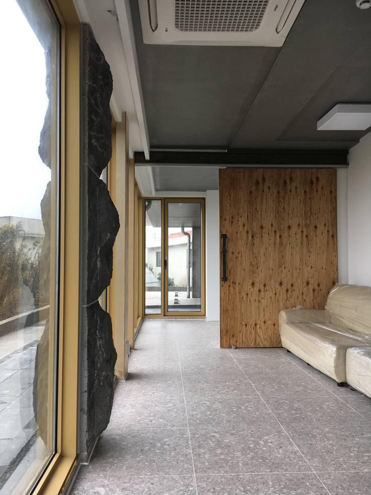 1층세대 거실: 에이오에이 아키텍츠 건축사사무소 (aoa architects)의  거실,러스틱 (Rustic) 돌