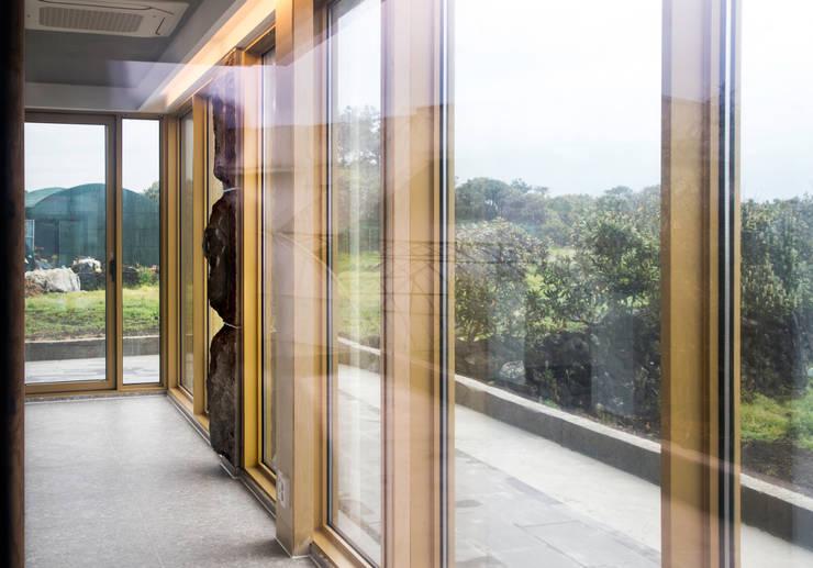 1층세대 거실: 에이오에이 아키텍츠 건축사사무소 (aoa architects)의  거실,러스틱 (Rustic) 알루미늄 / 아연
