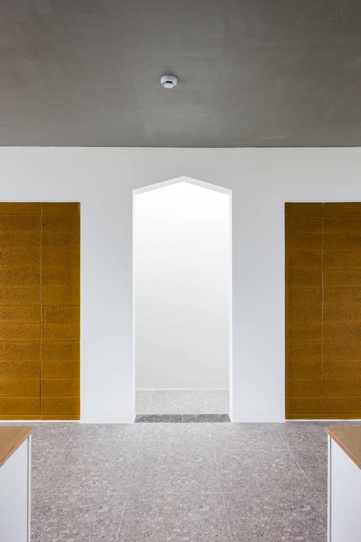 2-4층 거실: 에이오에이 아키텍츠 건축사사무소 (aoa architects)의  거실,모던 벽돌
