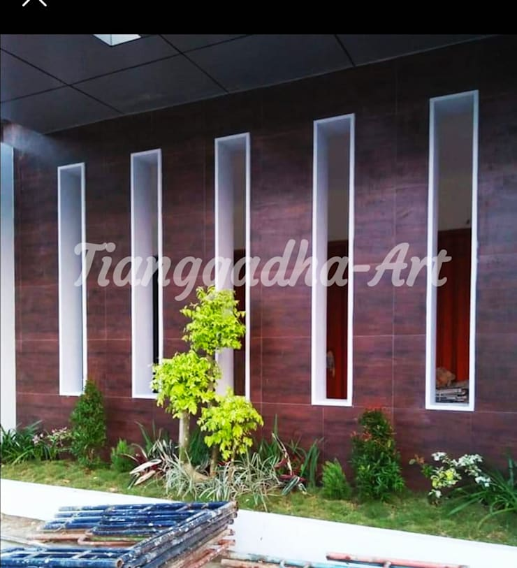 Taman Dibawah Teras Rumah:  Halaman depan by Tukang Taman Surabaya - Tianggadha-art