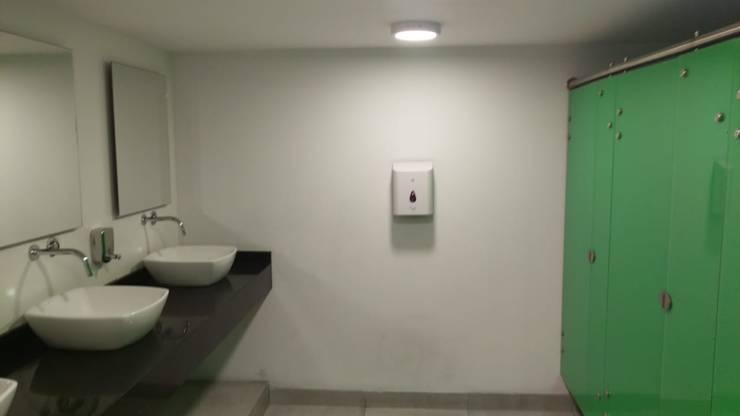 Baños de estilo  por Plano 13