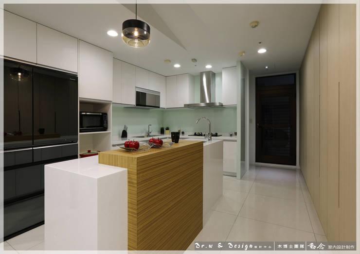 廚房/廚具/歐式系統傢俱/人造石/休閒風:  系統廚具 by 木博士團隊/動念室內設計制作