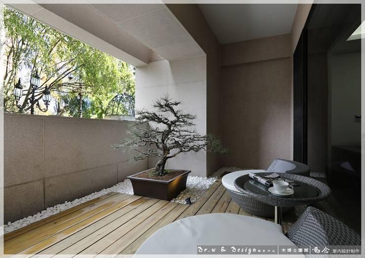 Terraços  por 木博士團隊/動念室內設計制作