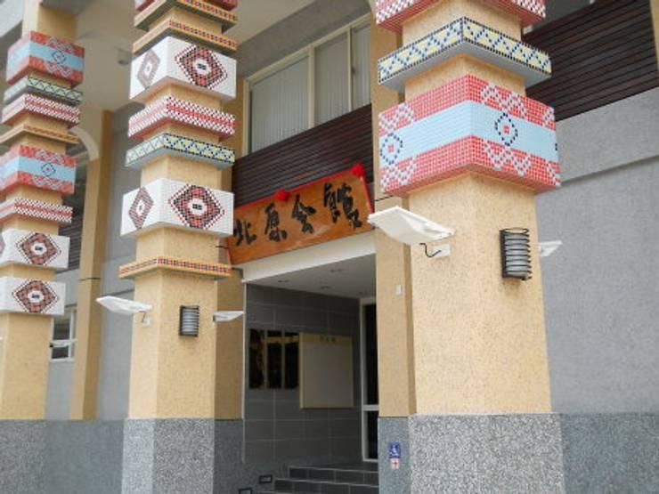 有原住民風格的門柱裝飾:  牆面 by 安居住宅有限公司