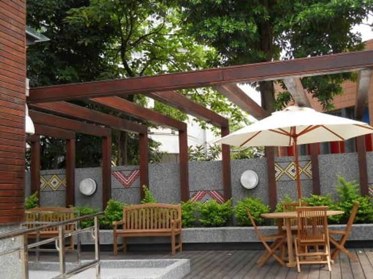 戶外空間也帶有濃濃原住民元素風格:  石頭庭院 by 安居住宅有限公司