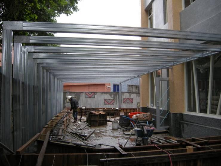 鋼製結構比木頭更加穩固:  庭院遮陽棚 by 安居住宅有限公司