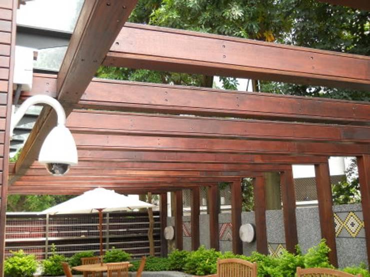 木頭外表內是鋼製結構:  石頭庭院 by 安居住宅有限公司