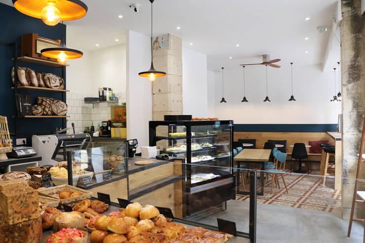 Aménagement d'une boulangerie artisanale: Locaux commerciaux & Magasins de style  par Créateurs d'interieur