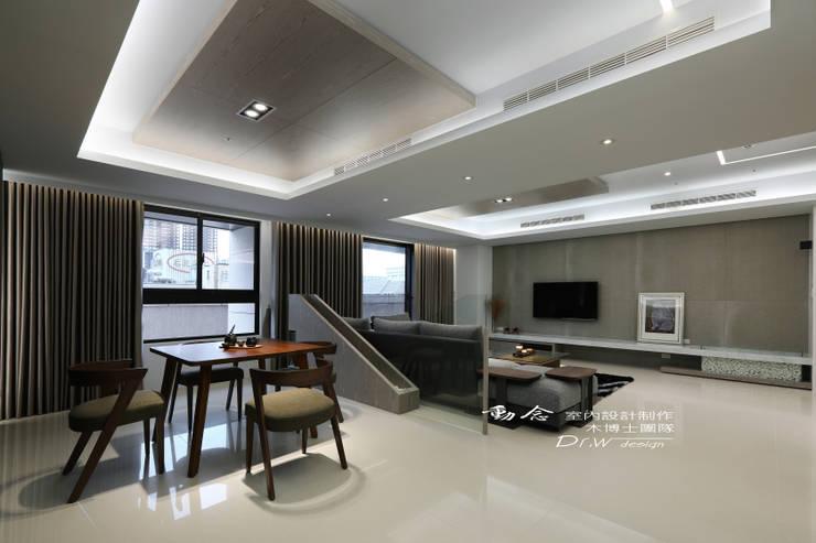 沙發背牆/客廳/休閒區/玻璃/現代風:  客廳 by 木博士團隊/動念室內設計制作