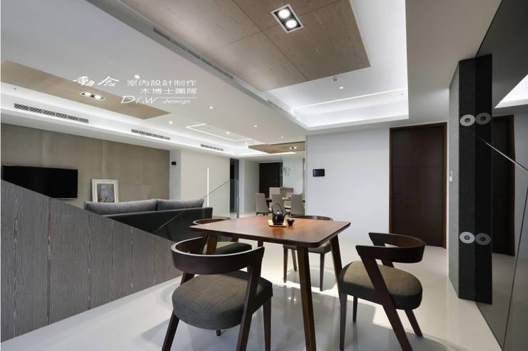 沙發背牆/休閒區/玻璃/現代風:  客廳 by 木博士團隊/動念室內設計制作