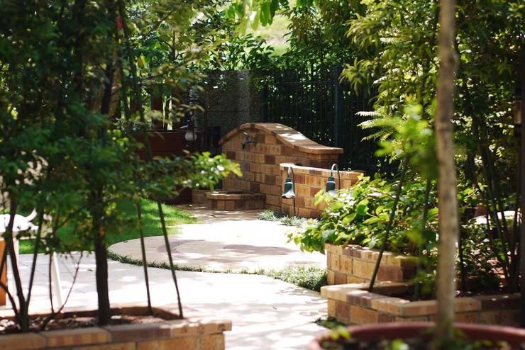 磚塊造型的步道:  庭院池塘 by 大地工房景觀公司