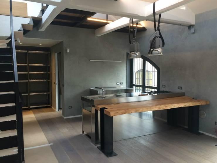 C90 Cucina Freestanding: Cucina in stile  di SteellArt