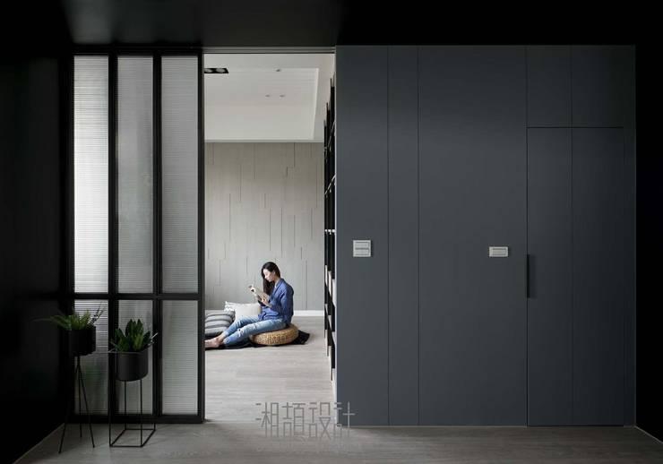 玻璃拉門隔出獨立式多功能區:  書房/辦公室 by 湘頡設計