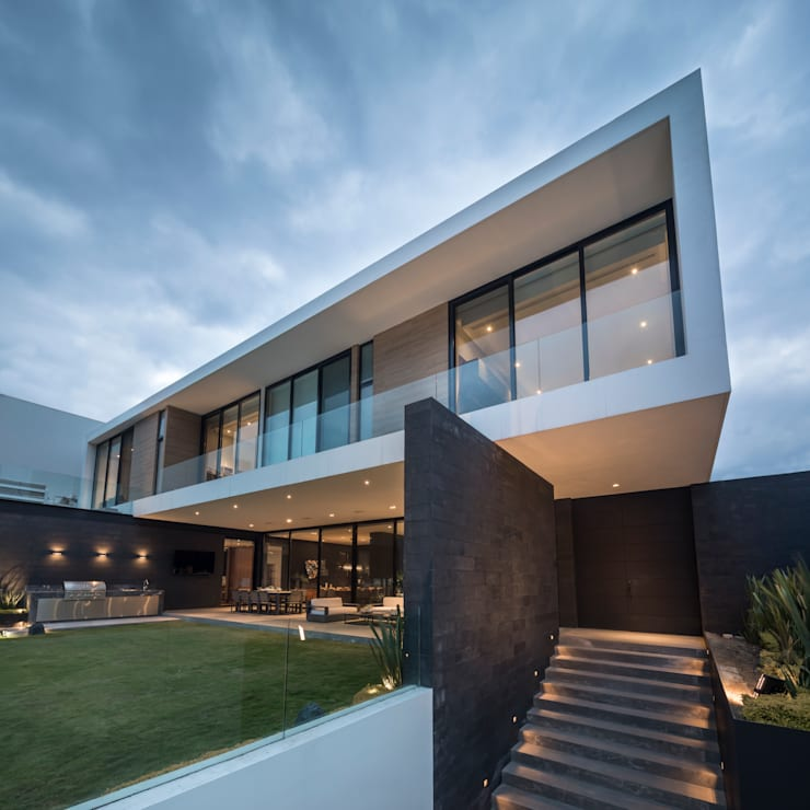 Detached home by GLR Arquitectos