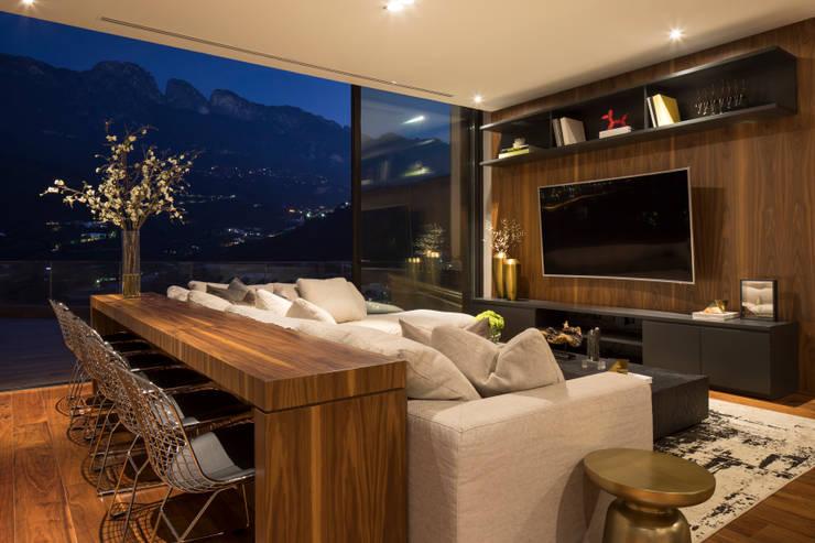 Casa ER: Salas multimedia de estilo  por GLR Arquitectos