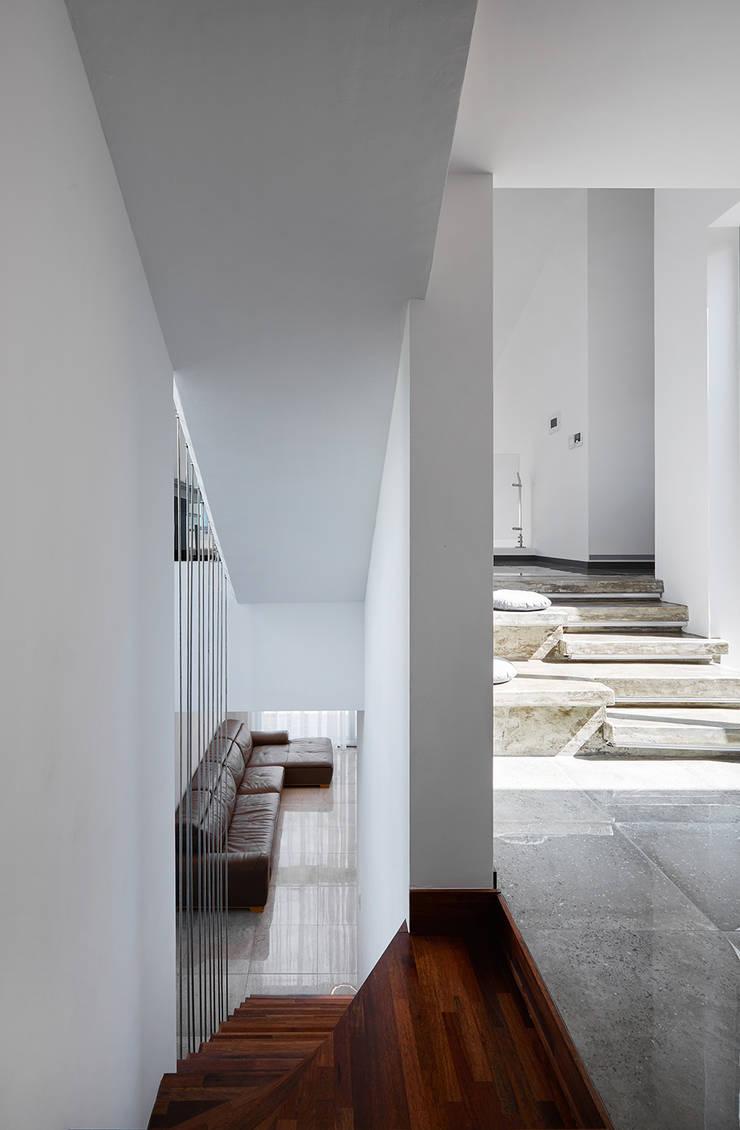 2층 전이공간: 건축사사무소 카안 |Architect firm KAAN의  복도 & 현관,