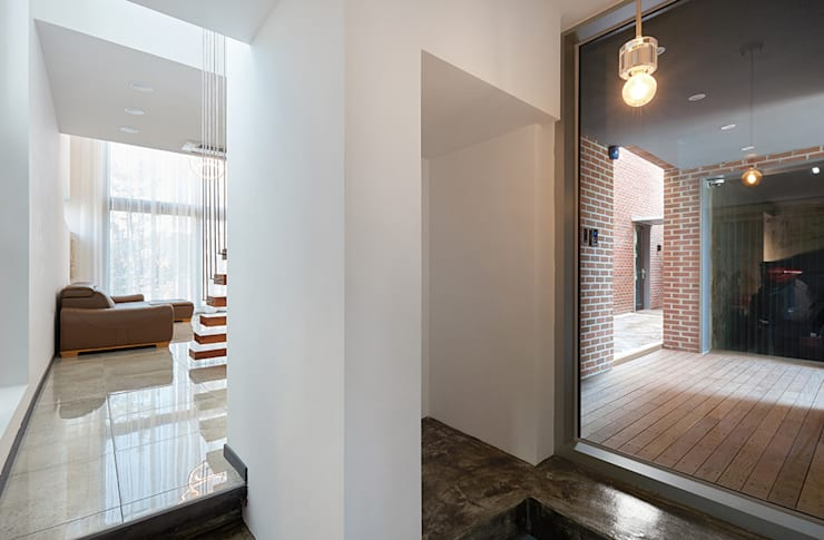 1층 전이공간: 건축사사무소 카안 |Architect firm KAAN의  복도 & 현관,