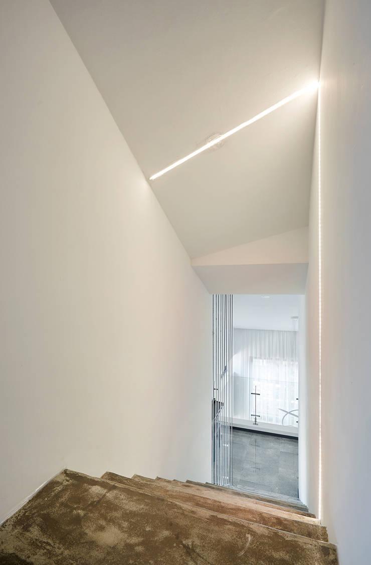 다락 계단실: 건축사사무소 카안 |Architect firm KAAN의  계단,
