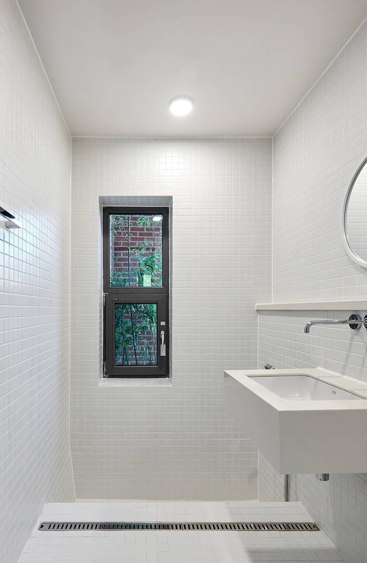 공용욕실: 건축사사무소 카안 |Architect firm KAAN의  욕실,