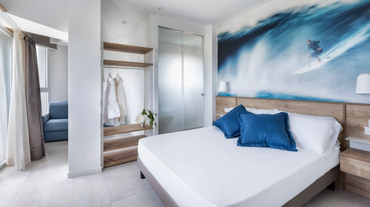 Hotel Meeting Riccione: Camera da letto in stile  di Polistudio A.E.S.