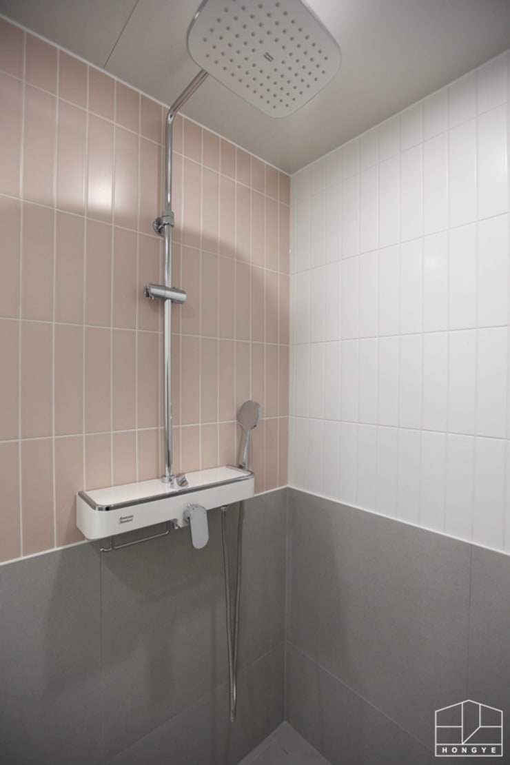 3대가 함께 사는 고급스러운 사동 푸르지오 7차 55py _ 이사 전: 홍예디자인의  욕실,모던