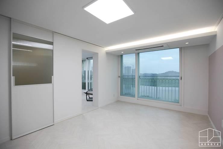 3대가 함께 사는 고급스러운 사동 푸르지오 7차 55py _ 이사 전: 홍예디자인의  서재 & 사무실,모던