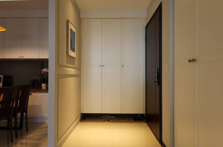 玄關/鞋櫃:  走廊 & 玄關 by 果仁室內裝修設計有限公司