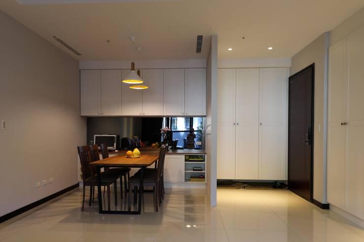 餐廳/玄關:  餐廳 by 果仁室內裝修設計有限公司