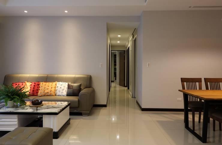 客廳/走道:  客廳 by 果仁室內裝修設計有限公司