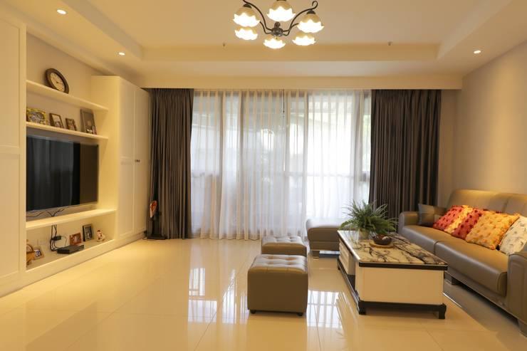 客廳/窗簾:  客廳 by 果仁室內裝修設計有限公司