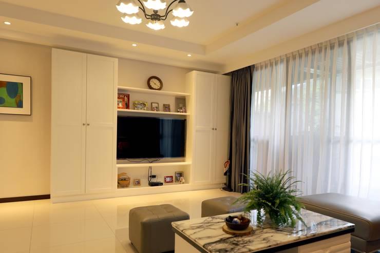 客廳/電視櫃:  客廳 by 果仁室內裝修設計有限公司