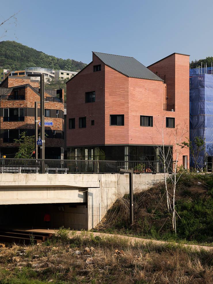 동탄신도시 다가구주택: 삼공사건축사사무소의  다가구 주택,모던 벽돌