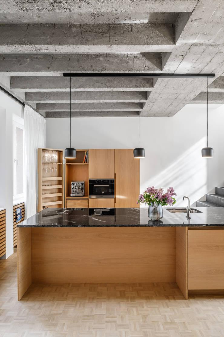 Tủ bếp theo Corneille Uedingslohmann Architekten, Hiện đại Đá hoa
