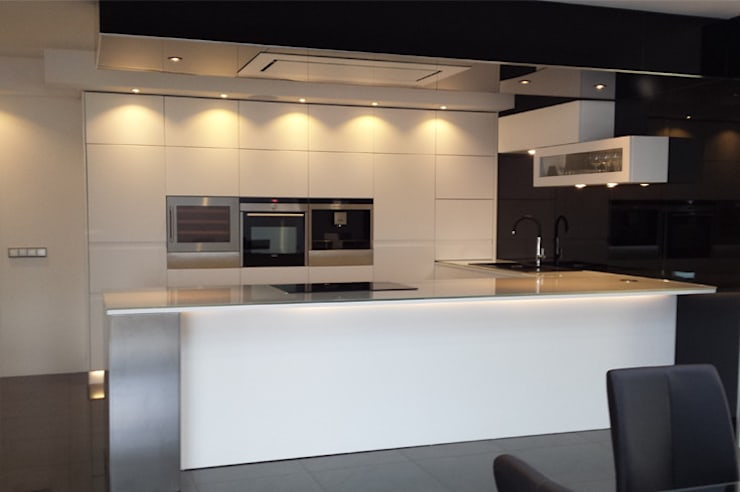 Front view: modern Kitchen by Comercial Fabrisol