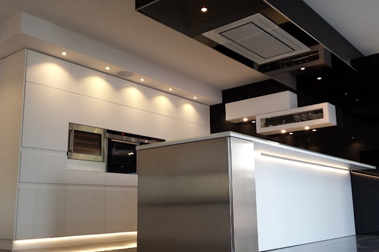 Side view: modern Kitchen by Comercial Fabrisol
