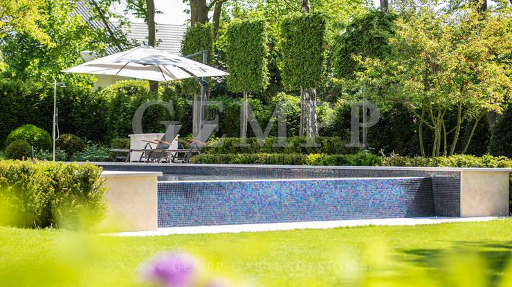 Moderner Stadtgarten mit Infinity-Pool / Moderne Gartengestaltung ...