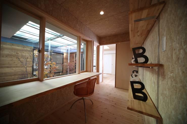 Oficinas de estilo escandinavo de 株式会社高野設計工房 Escandinavo