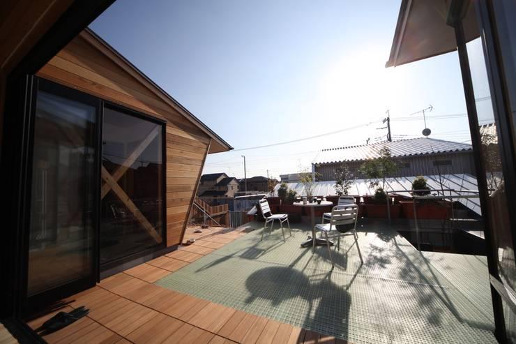 Balcones y terrazas de estilo escandinavo de 株式会社高野設計工房 Escandinavo