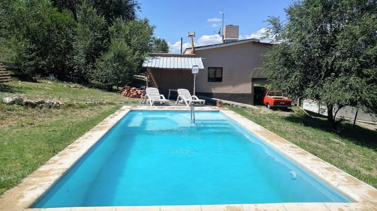 piscina con solarium humedo, hidromasaje y luces:  de estilo  por Cortinez Lourenço Consultora Inmobiliaria