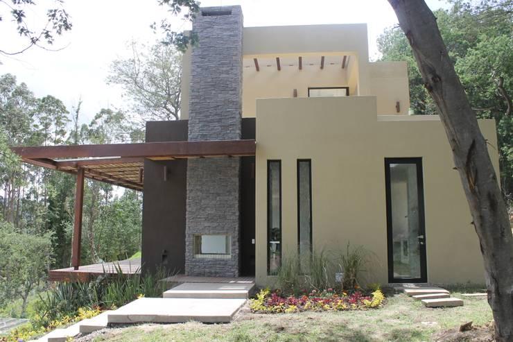 fachada sur: Casas de estilo moderno por IngeniARQ Arquitectura + Ingeniería