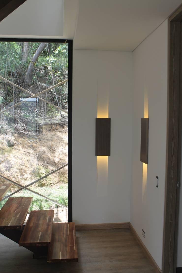 nichos de iluminación: Paredes de estilo  por IngeniARQ Arquitectura + Ingeniería