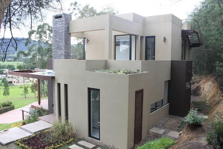 fachada oriente: Casas de estilo moderno por IngeniARQ Arquitectura + Ingeniería