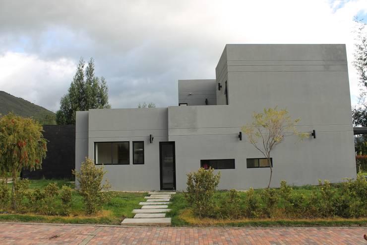fachada norte: Casas de estilo  por IngeniARQ Arquitectura + Ingeniería, Moderno