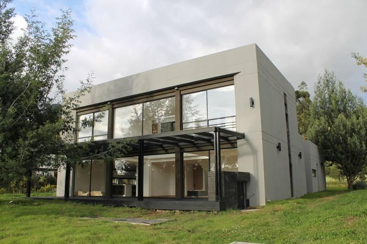 Pergola + deck: Casas de estilo  por IngeniARQ Arquitectura + Ingeniería, Moderno