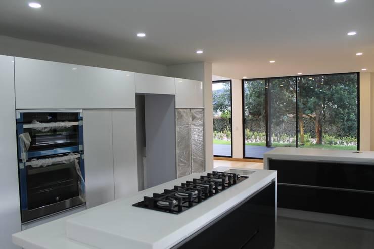 cocina: Cocinas de estilo  por IngeniARQ Arquitectura + Ingeniería
